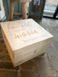 Houten kist maat 30x30 cm  - met deksel met daarop de tekst; Hou vast aan de mooie herinneringen (hartjes)