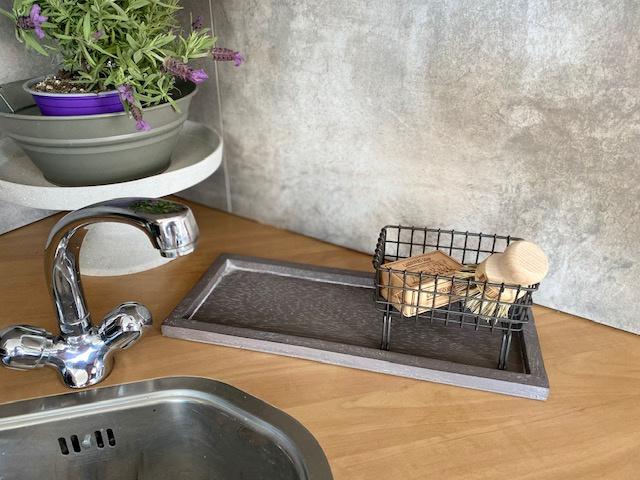 Cadeaupakket serveerplankje grey + draad zeepbakje + puimsteentuinzeep + pannenborstel