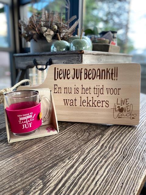 Cadeaupakket Juf-serveerplankje juf bedankt + theeglas (UITVERKOCHT)met de tekst Een dikke 10 voor de liefste juf (roze)