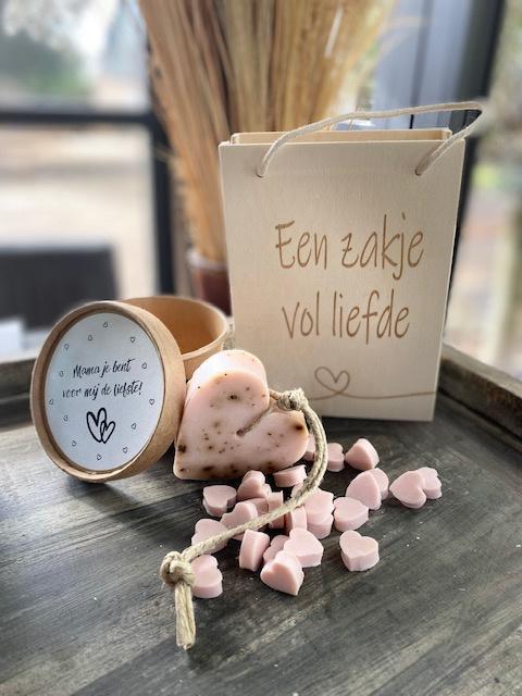Houten tasje met de tekst Een zakje vol liefde met daarin roze minizeepjes + Hartzeep in doosje