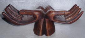 open handen houtsnijwerk