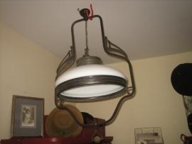 Lamp met halve porseleinen schaal