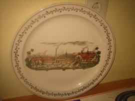 Groot porseleinen bord met voorstelling van de eerste fabriek van P. Regout