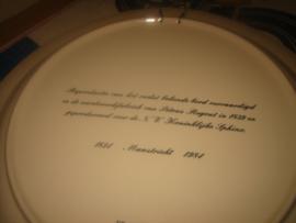 Groot porseleinen bord met voorstelling van de eerste fabriek van P. Regout (repleca)