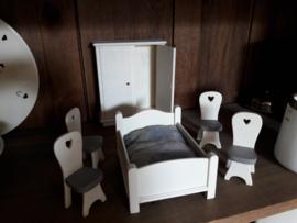 Houten poppen slaapkamer voor popjes van ongeveer 12 cm.