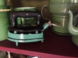Mintgroen strijkijzer op plateau