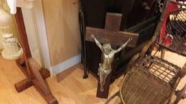 Houten kruis met tinnen Christus beeld
