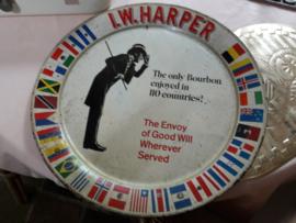 Antiek blikken rond bord met de tekst L.W. Harper en leuke afbeelding