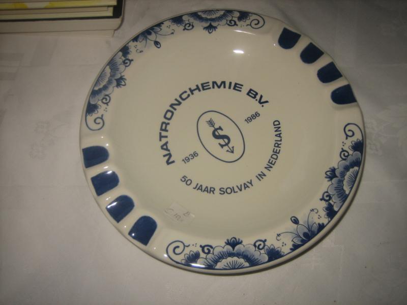Bord uitgegeven door Natron chemie (gemerkt Delfts blauw)