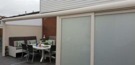 créme veranda met dichte voorwand opaal