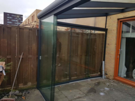 veranda antraciet grijs met zijwanden van gehard glas / voorzijde schuifwand glas