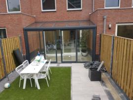 tuinkamer tussen 2 muren in r:  met aluminium schuifpui /dakplaten : gelaagd glas / kleur : antraciet grijs