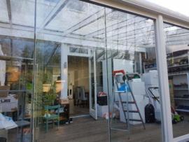 tuinkamer:  met dak en schuifwanden met gelaagd glas / kleur : wit