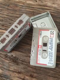 Cassette blikjes met rode rand