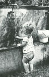 Jongen vult waterpistool