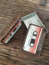 Cassette blikjes met rode streepjes