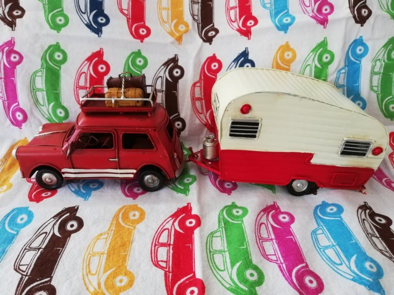 Auto met caravan rood