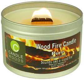 Candle Woods grote knetterende houtvuur kaars Pure in blik met deksel en houtlont. Geurloos maar knettert uitstekend.