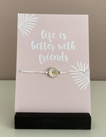 "Sieradenkaart ""Life is better with friends""en armbandje met madelief"