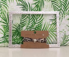 Armbandje elastisch lint leopard met zilverkleurige schuiver.