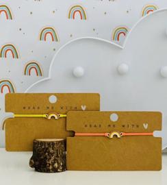 Armbandje elastiek met een regenboog.