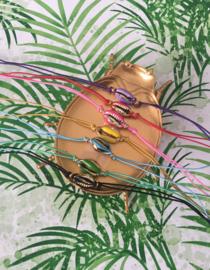 Armbandle elastiek met gouden schelpje en gekleurde bovenkant.