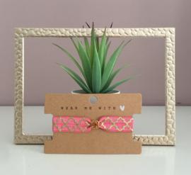 Armbandje elastisch lint Moroccan pattern rouge pink met goudkleurig bloemetje.