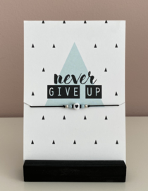 "Sieradenkaart""Never give up"" en armbandje met hartje"