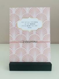 Armbandje elastiek met tussenstuk Mama en een sieradenkaart