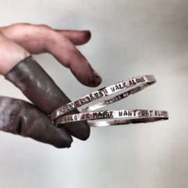 Rinkelarmband met eigen tekst plat