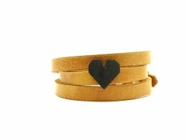 Gezwart zilveren hart aan een stoere armband