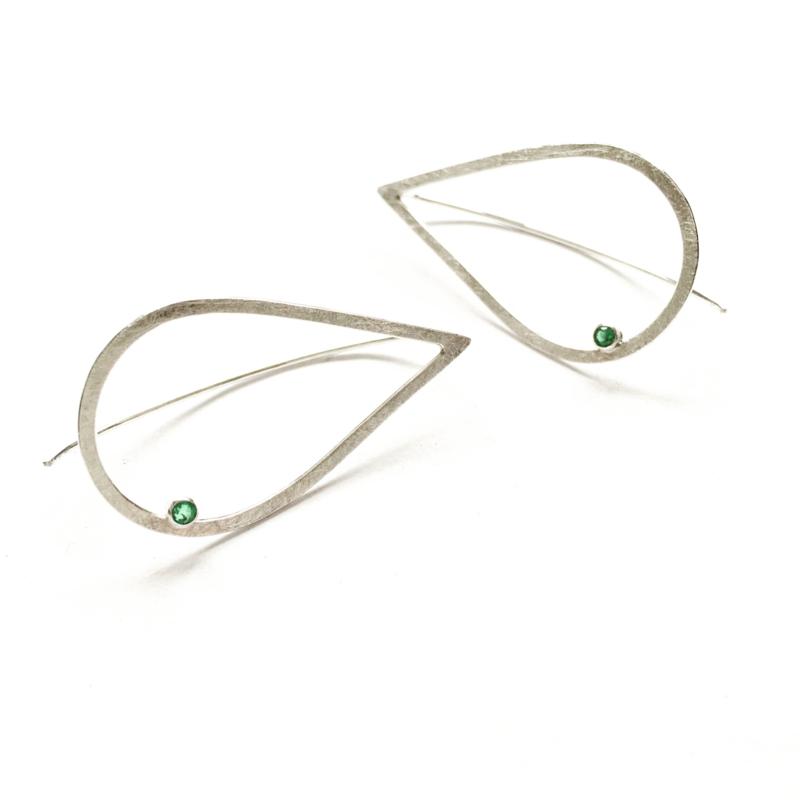 Zilveren druppels met smaragd