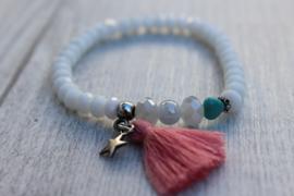 Witte armband met koraal kwast