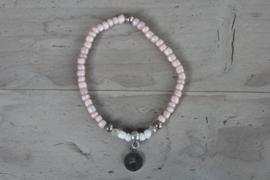 Fijn armbandje met letter vintage pink