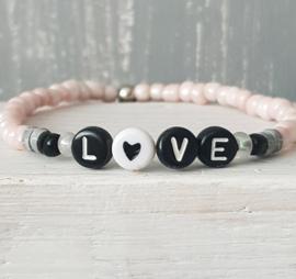 Roze rocailles armbandje met de tekst LOVE