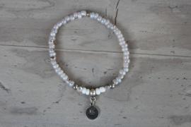 Fijn armbandje met letter pearl shine
