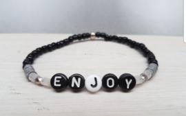 Zwart  rocailles armbandje met tekst ENJOY