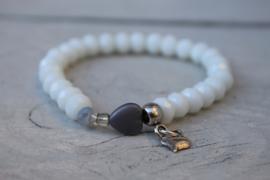 Witte armband met grijs hartje