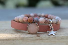 Leren armband  en roze edelsteen