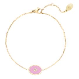 Vrolijk armbandje met roze bedel