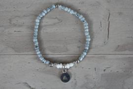 Fijn armbandje met letter grijs