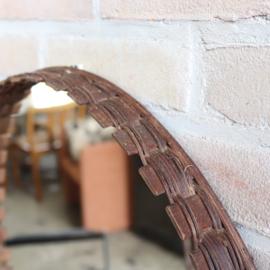 Vintage ronde spiegel donker hout rotan