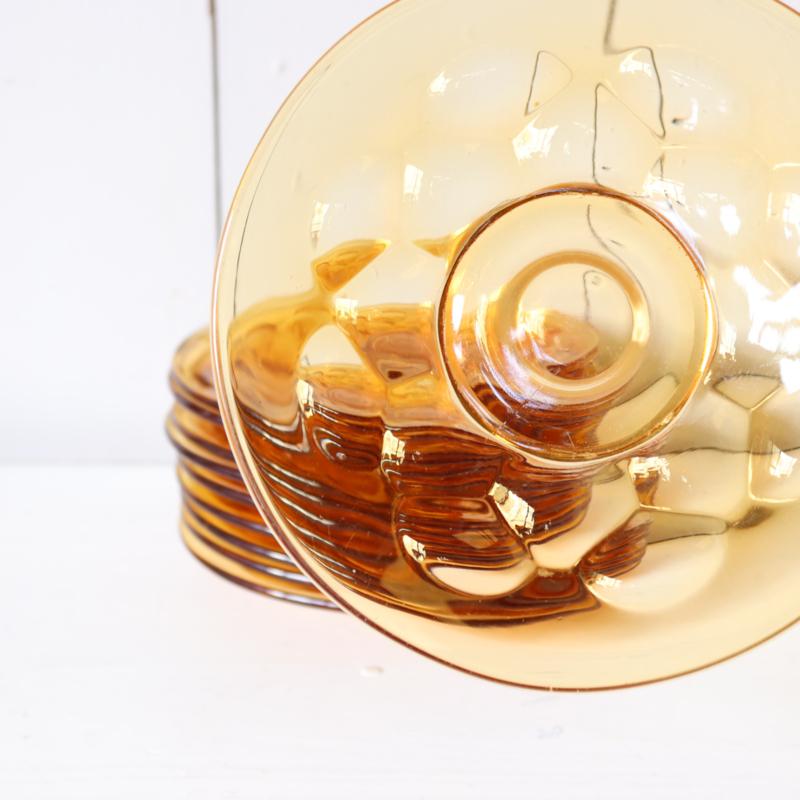 vintage geel glas schotels gebak