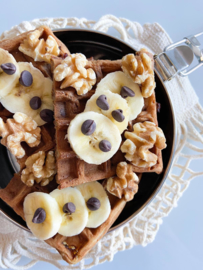 Verse wafels met chocolate chips, walnoten en banaan