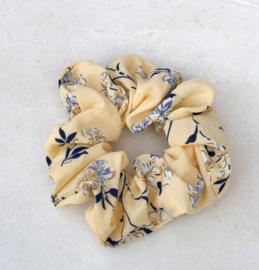 Scrunchie bloemetjes zacht geel
