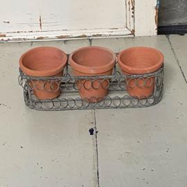 Zink mandje met 3 terra cotta potjes