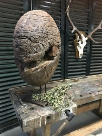 Oude  zware houten wiel op statief 50-60 cm doorsnede
