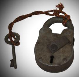 Oud slot met bij passende sleutel