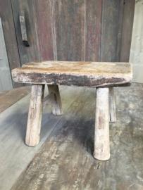 Oud klein houten krukje Aura Peeperkorn