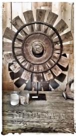 Oud Bruin vergrijsd vliegwiel op statief hoogte 70 cm
